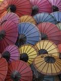 Bos van kleurrijke Aziatische paraplu's Royalty-vrije Stock Foto's