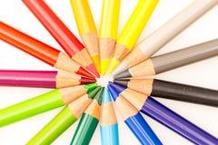 Bos van kleurrijke die potloden in cirkel met uiteinden in centrum worden geplaatst Royalty-vrije Stock Afbeelding