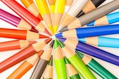 Bos van kleurrijke die potloden in cirkel met uiteinden worden geplaatst die centrum richten Stock Fotografie