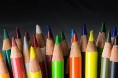 Bos van kleurrijke potloden, op donkere achtergrond Royalty-vrije Stock Foto