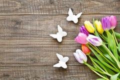 Bos van kleurrijke tulpen in de lente met vlinders Royalty-vrije Stock Foto