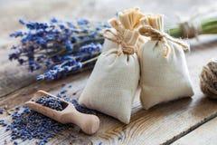 Bos van lavendelbloemen en sachets met droge lavendel worden gevuld die Royalty-vrije Stock Foto's