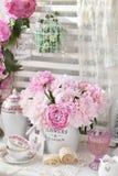 Bos van pioen in sjofel elegant stijlbinnenland royalty-vrije stock afbeelding