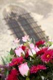 Bos van plastic bloemen royalty-vrije stock afbeeldingen