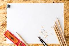 Bos van potloden met geknede gom, schuurpapierblok en snijdersmes met spaanders Stock Foto's
