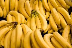 Bos van Rijpe Bananen bij een Markt van de Straat Stock Fotografie