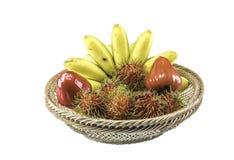 Bos van rijpe bananen die op witte achtergrond worden geïsoleerdn Royalty-vrije Stock Afbeeldingen