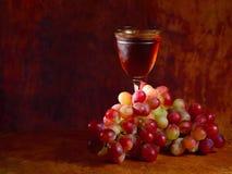 Bos van rode druif en wijnglas Stock Fotografie