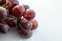 Bos van rode natte die druiven op witte achtergrond worden geïsoleerd royalty-vrije stock afbeelding