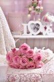 Bos van roze rozen die op het bed liggen Stock Fotografie