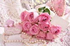 Bos van roze rozen met lege kaart Stock Fotografie