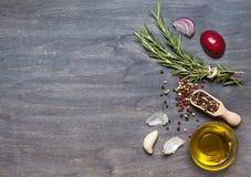 Bos van rozemarijn, specerij en olijfolie op houten backgro royalty-vrije stock foto's