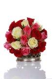 Bos van rozen in een zilveren vaas Royalty-vrije Stock Afbeeldingen