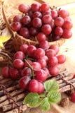 Bos van sappige verse heerlijk van het druivenfruit stock afbeeldingen