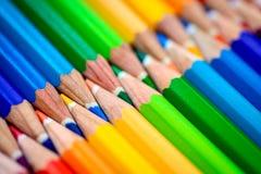 Bos van scherpe kleurrijke potloden Royalty-vrije Stock Foto's