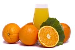 Bos van sinaasappelen met sap Royalty-vrije Stock Afbeeldingen