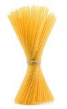 Bos van spaghetti die op wit wordt geïsoleerdo Stock Foto's