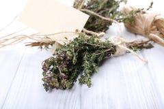 Bos van thyme op houten lijst Stock Foto's