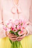 Bos van tulpen in de handen van de vrouw Stock Afbeelding