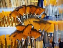 Bos van verfborstels voor kunstenaars in de winkel stock foto's