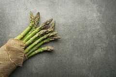 Bos van verse asperge stock afbeeldingen