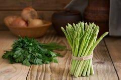 Bos van verse groene asperge op een houten lijst Verse groenten in een rustiek binnenland Stock Fotografie