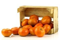 Bos van verse mandarijnen die uit een doos komen royalty-vrije stock afbeeldingen