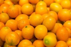 Bos van verse mandarijntjes op markt Fruittextuur Royalty-vrije Stock Afbeeldingen