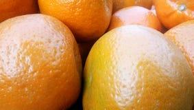 Bos van verse sinaasappelen op markt, stock afbeelding