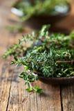 Bos van verse thyme in een ceramische schotel Royalty-vrije Stock Foto's