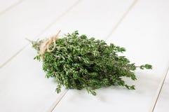 Bos van verse thyme op houten witte lijst Royalty-vrije Stock Foto's