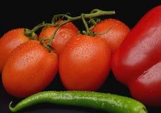 Bos van verse tomaten en delen van groenten Royalty-vrije Stock Afbeeldingen