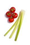Bos van verse tomaten en selderiestokken Stock Afbeeldingen