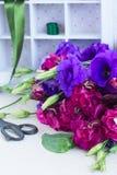Bos van violette en mauve eustomabloemen Royalty-vrije Stock Afbeeldingen