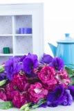 Bos van violette en mauve eustomabloemen Stock Foto's