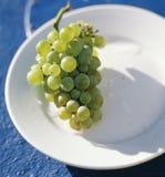 Bos van witte druiven op een plaat Royalty-vrije Stock Foto's