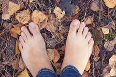 Bosa osoby pozycja na ziemi w jesień lesie Obraz Royalty Free