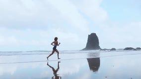 Bosa sporty dziewczyna z szczupłym ciało bieg wzdłuż dennej kipieli wodnym basenem utrzymywać napad i zdrowie Plażowy tło z zbiory wideo