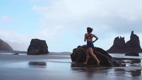 Bosa sporty dziewczyna z szczupłym ciało bieg wzdłuż dennej kipieli wodnym basenem utrzymywać napad i zdrowie Plażowy tło z zbiory