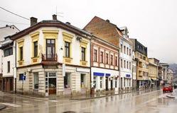 Bosanska街道在特拉夫尼克 达成协议波斯尼亚夹子色的greyed黑塞哥维那包括专业的区区映射路径替补被遮蔽的状态周围的领土对都市植被 库存图片