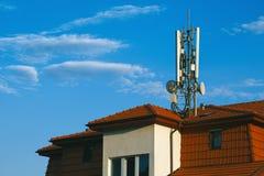 Bosatt byggnad med g-/m2antenner på taket Arkivfoton