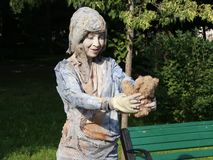 Bosatt staty - lilla flickan med dockan stock video