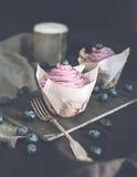Bosbes Cupcakes met verse Bosbessen Stock Afbeeldingen