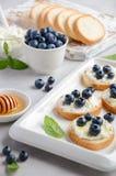 Bosbes en honingssandwiches, gezond ontbijtconcept stock afbeeldingen