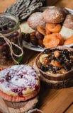 Bosbes en pecannootpastei op houten schotel Royalty-vrije Stock Foto's