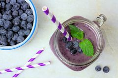 Bosbes smoothie boven mening over wit marmer Stock Afbeelding