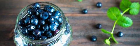 Bosbessen anti-oxyderende organische superfood in een kruikconcept voor hea royalty-vrije stock afbeeldingen