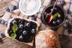 Bosbessenjam en zoet broodjesclose-up op de lijst Horizontaal aan Stock Fotografie