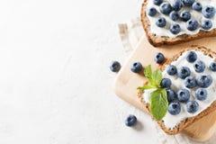 Bosbessentoost op ontbijt Gezond voedsel Stock Afbeeldingen