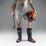 Boscaiolo con l'ascia ed il casco Fotografie Stock Libere da Diritti
